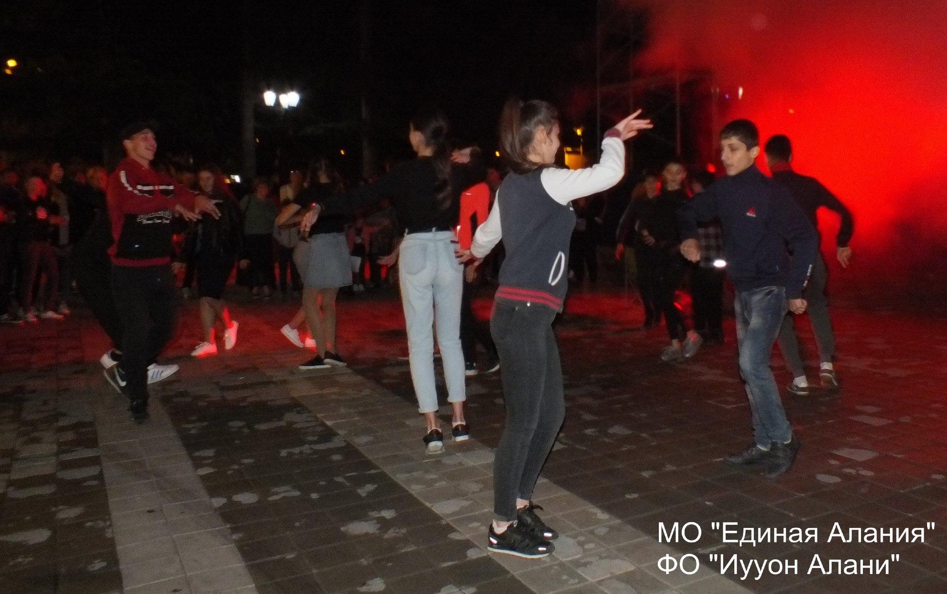 Молодежь Алании отпраздновала сразу два праздника на Театральной площади столицы