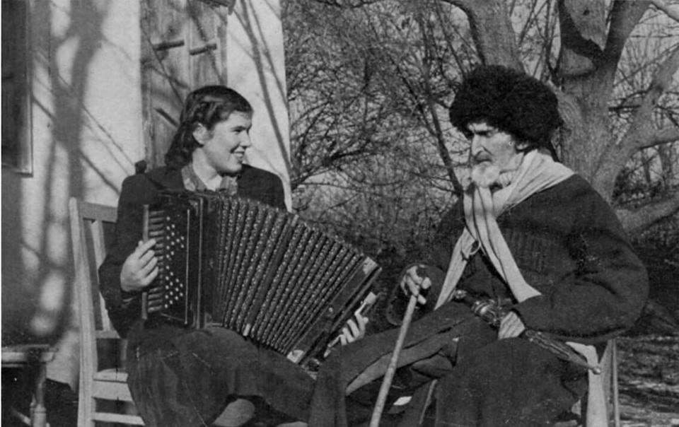 Талиб Карданов с внучкой