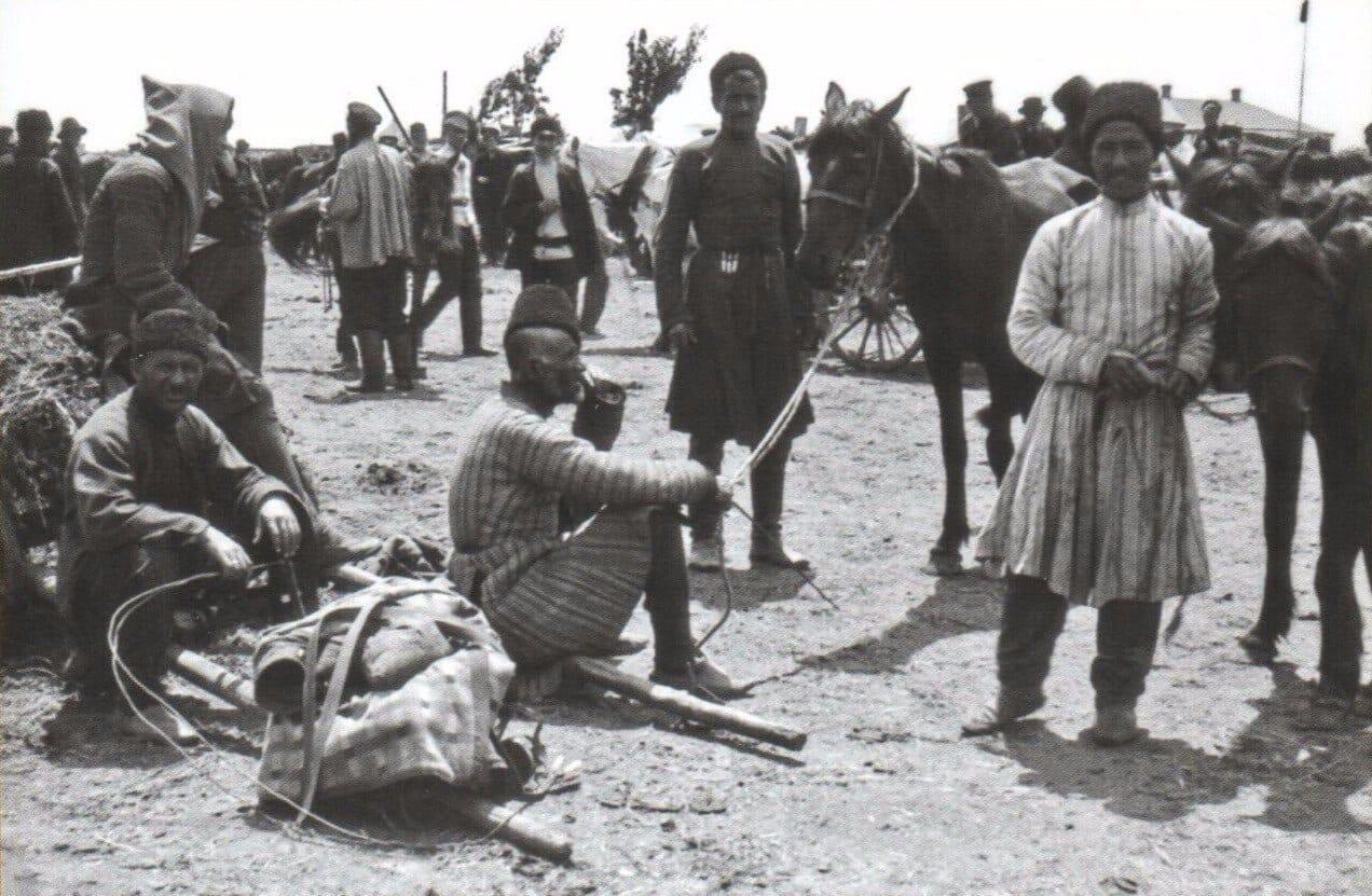 Адыги в 1909 году. Фотография сделана на конском рынке Троицкой Екатеринодарской (Краснодарской) ярмарки