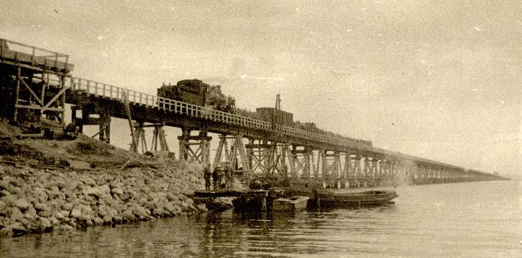 В советское время Крымский мост уже строили. И по нему ходили поезда