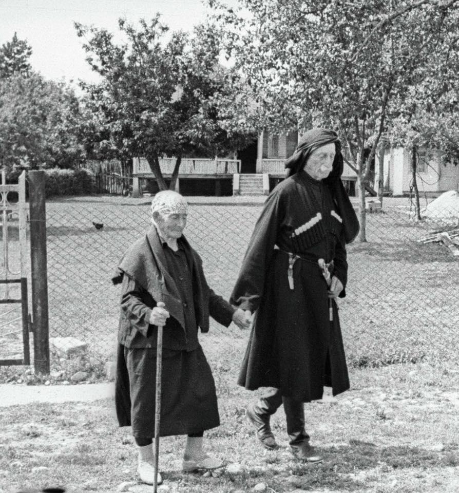 137 летняя Хпап Лазурия и её сын 95 летний Дзукури Лазурия. (Грузия)