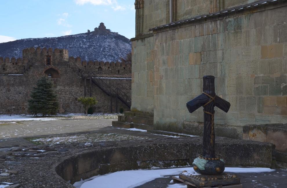 Почему в православной Грузии кресты кривые?