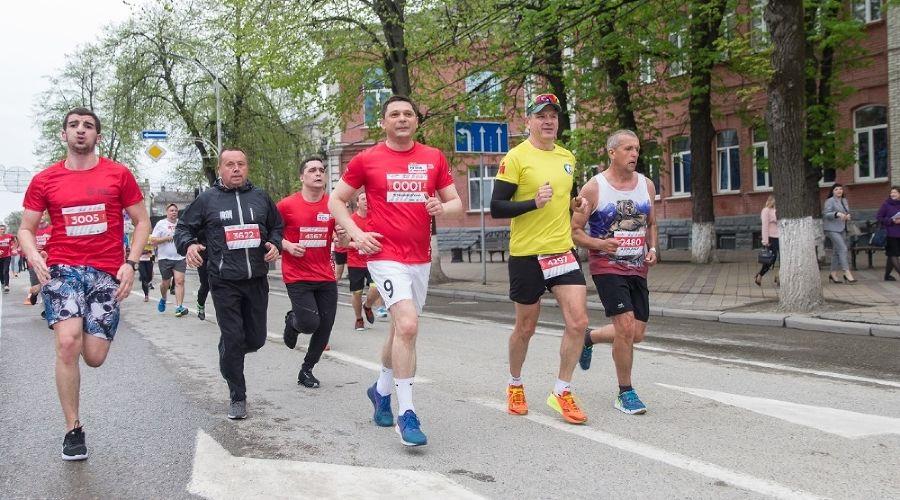 Мэр Краснодара вместе с другими чиновниками пробежал на марафоне 5 км