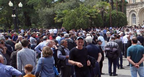 Участники митинга в Сухуме потребовали перенести выборы президента