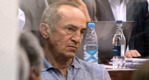 Протесты у ереванского суда завершились задержанием двоих активистов