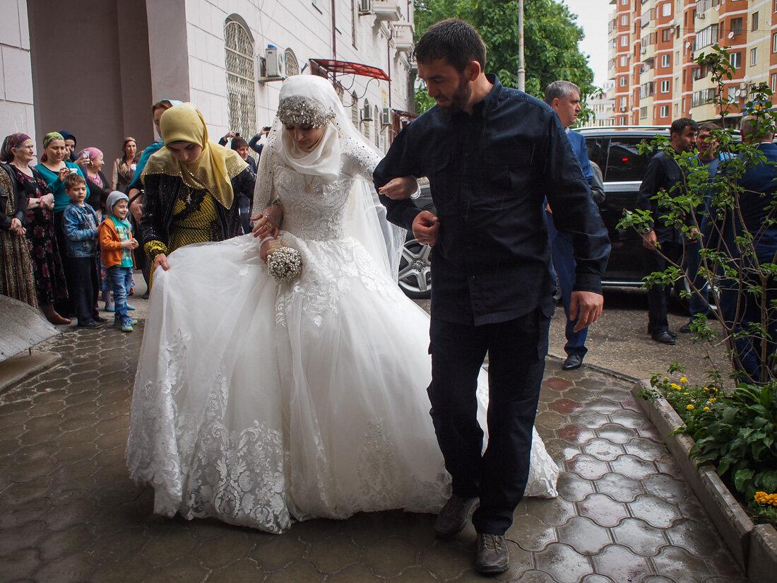 Почему на чеченской свадьбе нет жениха и родственников невесты?