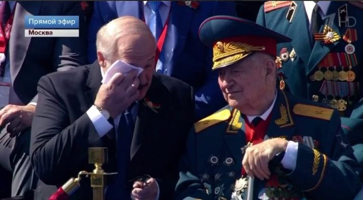 Александр Лукашенко не сдержал слёз на Параде Победы в Москве (видео)