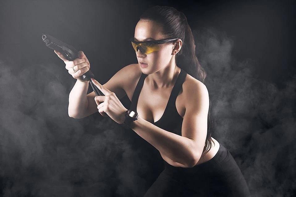 «Чеченская Лара Крофт». Как девушка из Казахстана учит чеченцев стрелять по мишеням