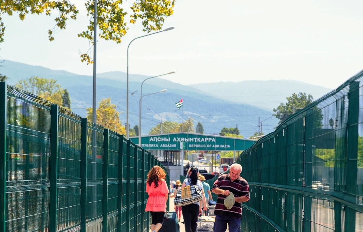 Помощник президента Абхазии, протаранивший ворота на границе в Сочи, выпущен под подписку о невыезде