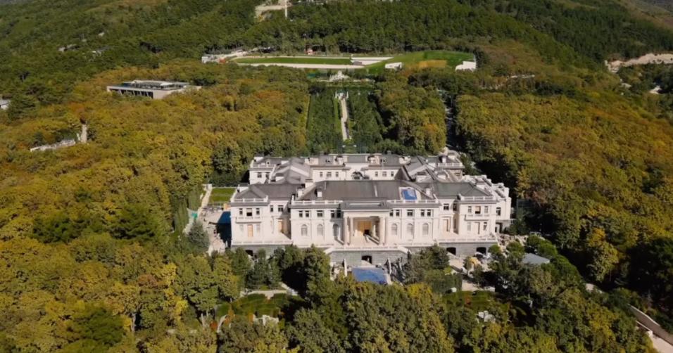 Песков назвал «качественной клюквой» фильм о «дворце Путина»