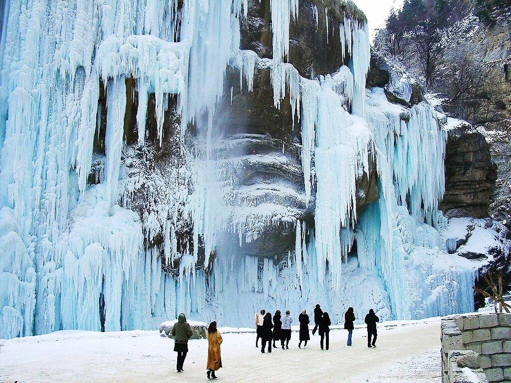 Когда лучше ехать на Чегемские водопады? Зимой!
