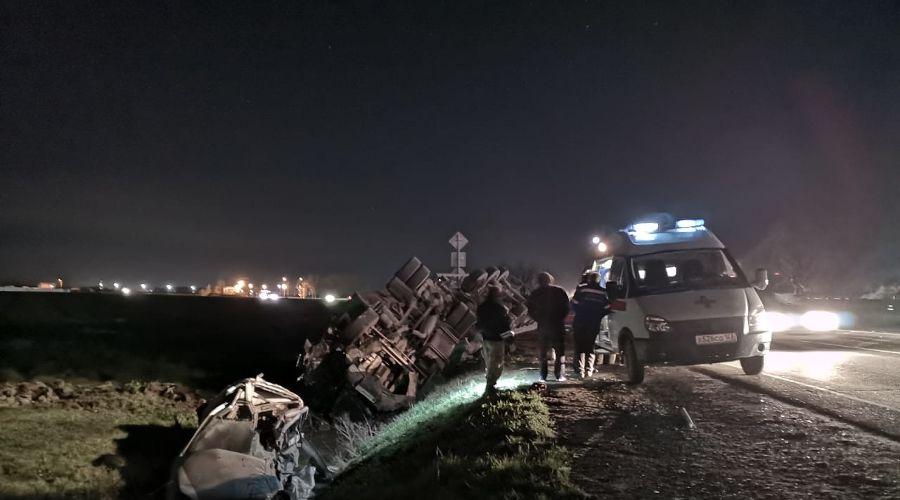 Грузовик перевернулся после столкновения с легковушкой в Абинском районе. Погибла женщина